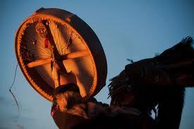 Chamán tocando el tambor ritual.