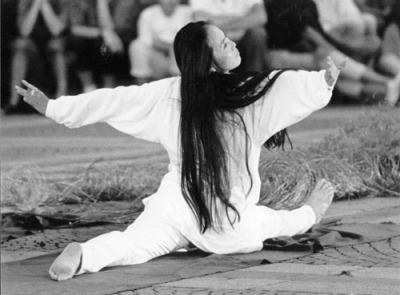 Hiah integra la danza moderna y los estados chamánicos del trance.