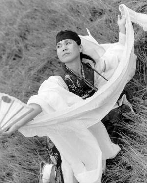 Hiah Park en un movimiento dinámico de danza ritual.