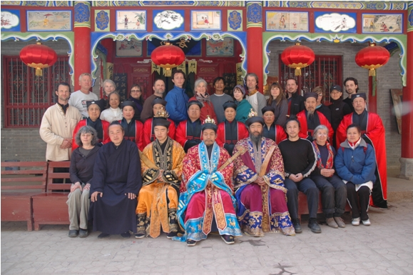 El Abad y monjes taoístas de la Caverna Puerta del Dragón, antiguo templo del Linaje de la Puerta del Dragón, con el Maestro Wu y sus estudiantes. Éste viaje realizado en el 2008 fue la primera vez en la historia que la Caverna Puerta del Dragón daba la bienvenida en su templo a visitantes occidentales.