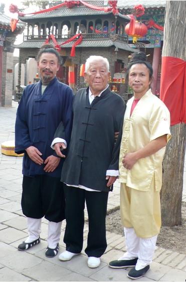 De izquierda a derecha: monje Taoísta Huang QingGui; Gran Maestro de XinYi Zhou ShouRong, maestro del Maestro Wu; Maestro Zhongxian Wu. Año 2010.